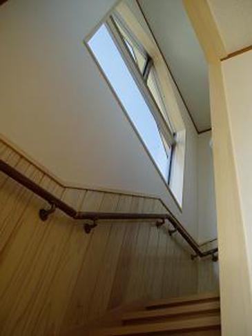 白で統一された階段